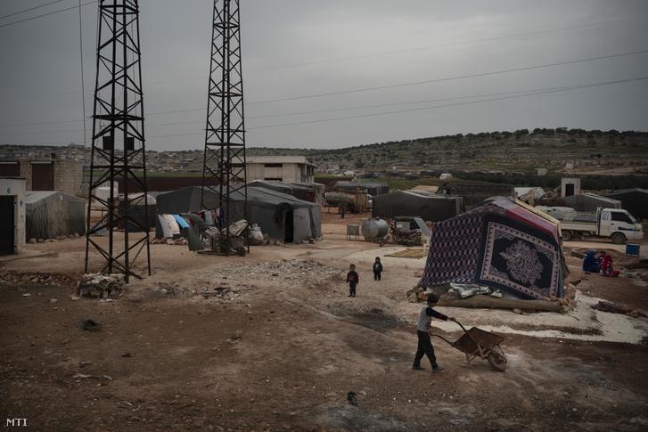A 2020. március 12-i képen gyerekek játszanak egy belső menekülttáborban Idlíb városban