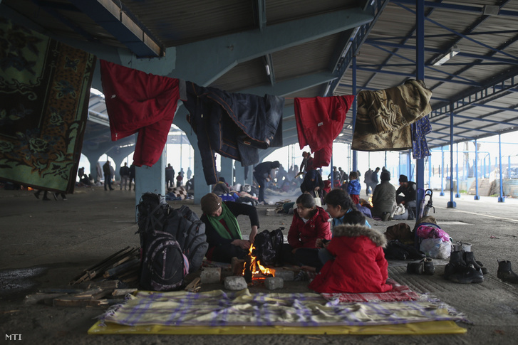 Menekültek táboroznak egy piacon a görög-török határ közelében a törökországi Edirnében 2020. március 5-én.