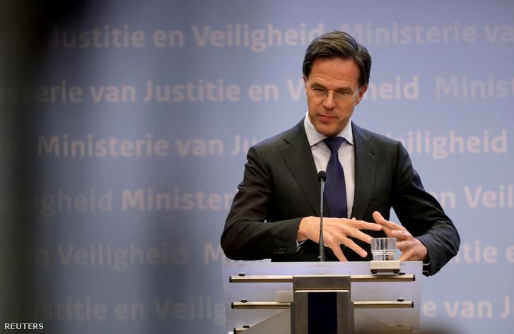 Mark Rutte egy sajtótájékoztatón Hágában 2020. március 19-én.