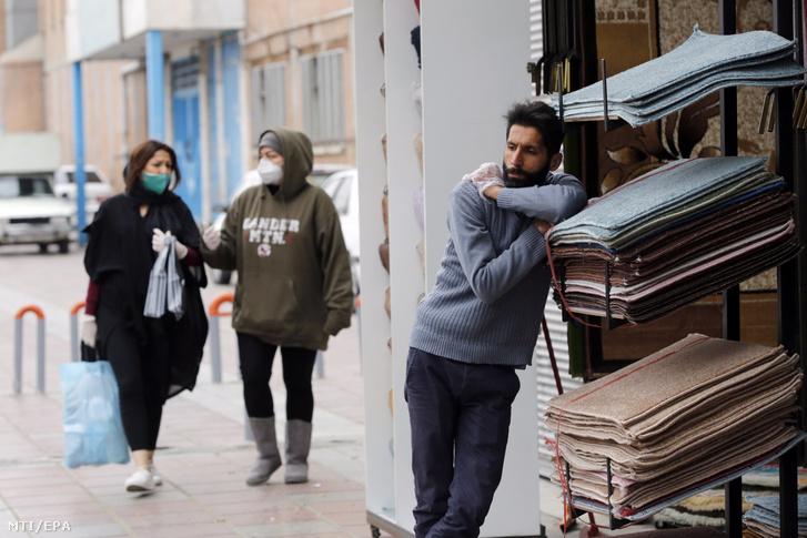 Asszonyok egy szőnyegkereskedés közelében Teheránban 2020. március 18-án.