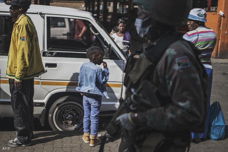 A dél-afrikai nemzetvédelmi erő járőrei Johannesburgban 2020. április 1-jén