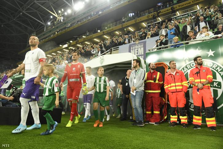 Az újpesti Feczesin Róbert (b) a labdarúgó OTP Bank Liga 9. fordulójában a Ferencváros–Újpest FC-mérkőzés előtt a Groupama Arénában 2019. október 19-én
