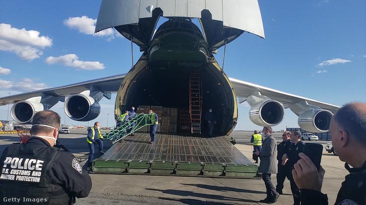 Maszkokat és egyéb orvosi felszereléseket szállító orosz teherrepülőgép New Yorkban 2020. április 1-jén.