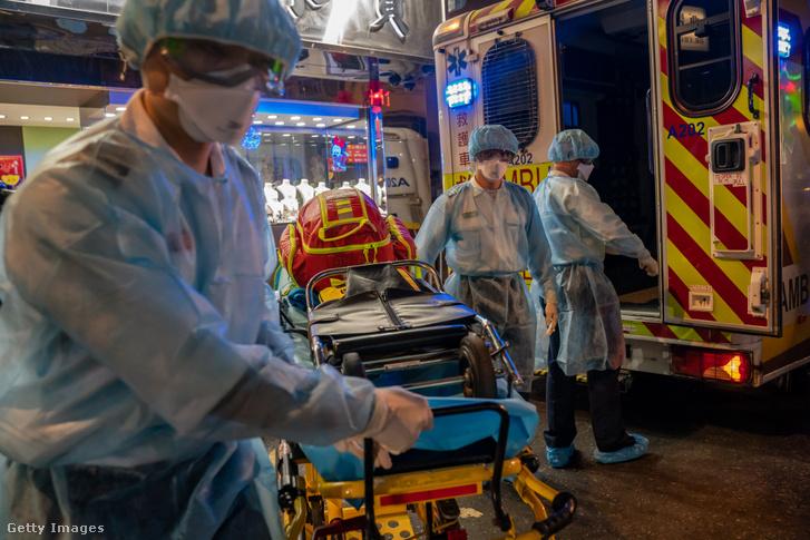 Védőruhát viselő mentősök Hong Kongban 2020. február 23-án.