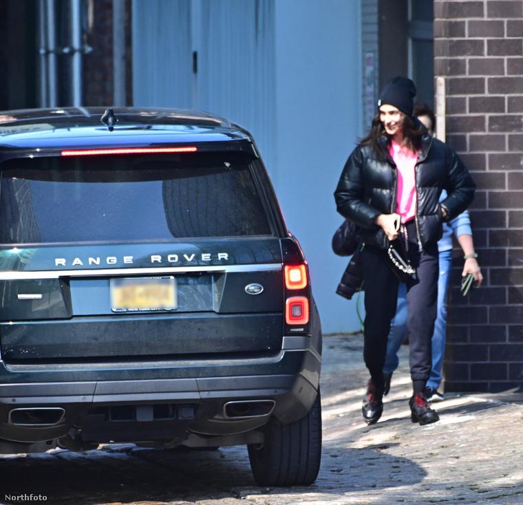 Tegnap olvashatták (és láthatták képeken is) nálunk, hogy Irina Shayk Heidi Klum és Demi Moore exével sétálgatott, aztán a férfi lakásán kötöttek ki.