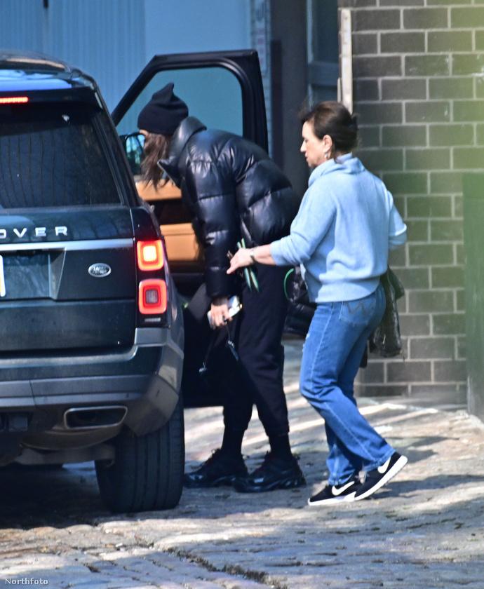 Az sajnos nem derült ki, hogy anya és lánya végül együtt pattant-e be a férfi kocsijába, de az biztos, hogy Irina Shayk ismét látogatást tett nála, vagy legalábbis elvitte egy darabon.