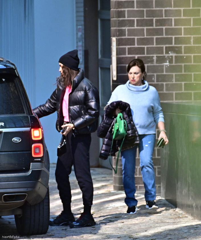 Irina Shayk azonban nem egyedül, hanem az édesanyja, Olga Shaykhlislamova oldalán érkezett a találkára.