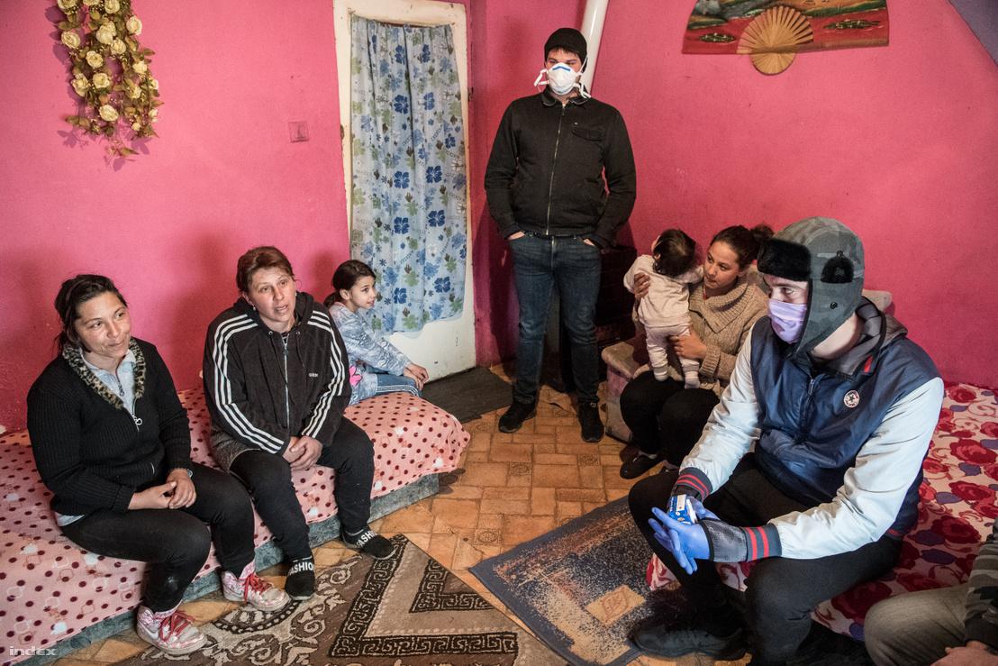 Age of Hope Alapítvány segítői az egyik tornanádaskai házban