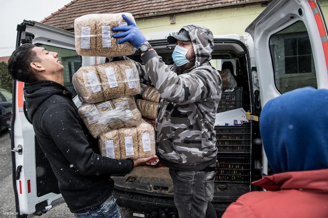 Tóth Ákos, az Age of Hope Alapítvány vezetője adja át az adományt Szendrőn
