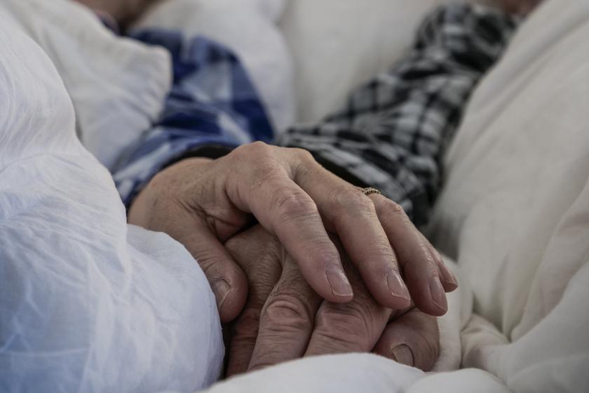 Halála előtt sem engedte el egymás kezét az idős pár: szívszorító képeken az igaz szeretet