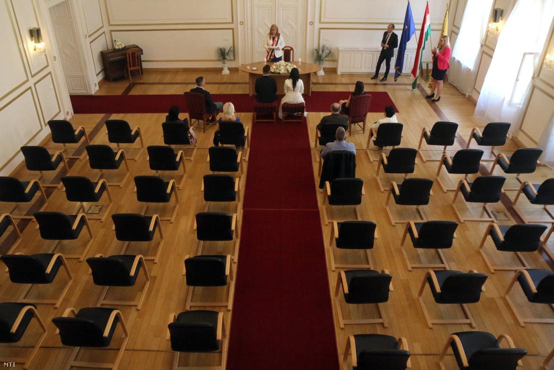 A járvány miatt szűk körben megtartott esküvő Miskolcon 2020. máricus 28-án