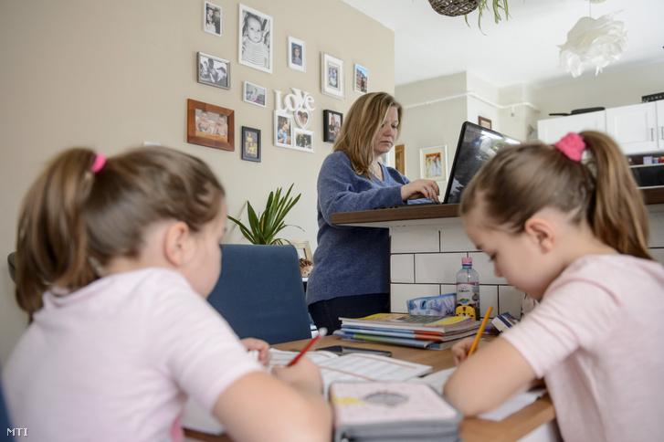 Otthonában dolgozó szülő Salgótarjánban 2020. március 19-én.