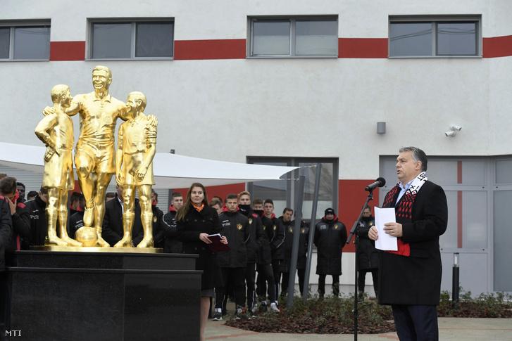 Orbán Viktor beszédet mond a Budapest Honvéd Magyar Futball Akadémiája új utánpótlásközpontjának avatásán 2018. november 22-én.