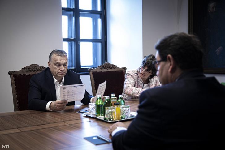 Orbán Viktor, Merkely Béla (háttal) és Nagy Anikó, a Heim Pál Országos Gyermekgyógyászati Intézet főigazgatója a Karmelita kolostorban 2020. március 26-án.