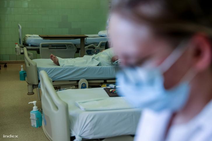 Ápoló a fertőzött betegeket ellátó osztályon a budapesti Szent János kórházban