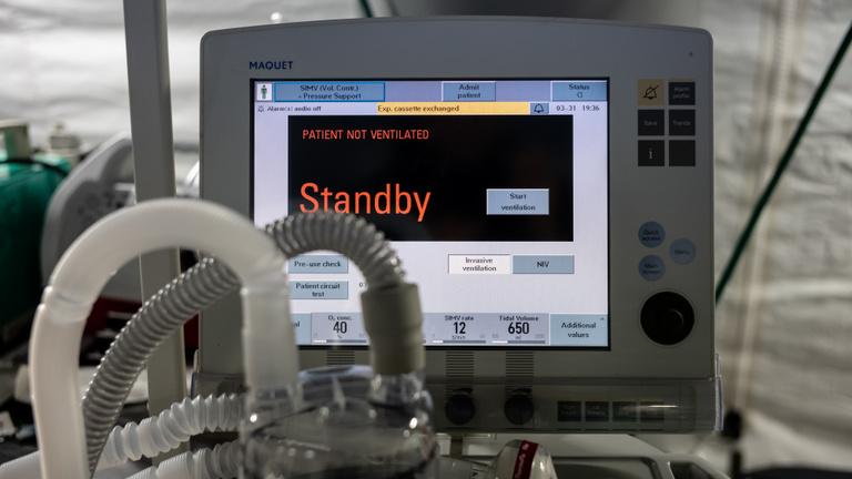 Hogy áll át egy autógyár pár nap alatt lélegeztetőgépek gyártására?