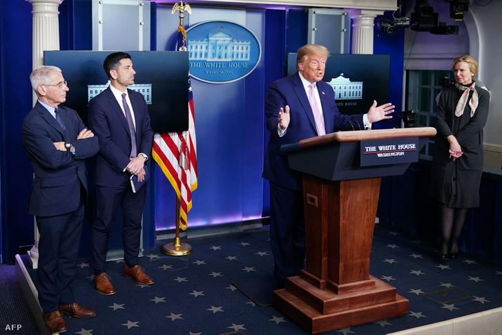 Donald Trump amerikai elnök járványügyi szakértőkkel és a Fehér Ház koronavírus munkacsoportjának vezetőjével közös sajtótájékoztatója a Washingtonban 2020. április 1-én
