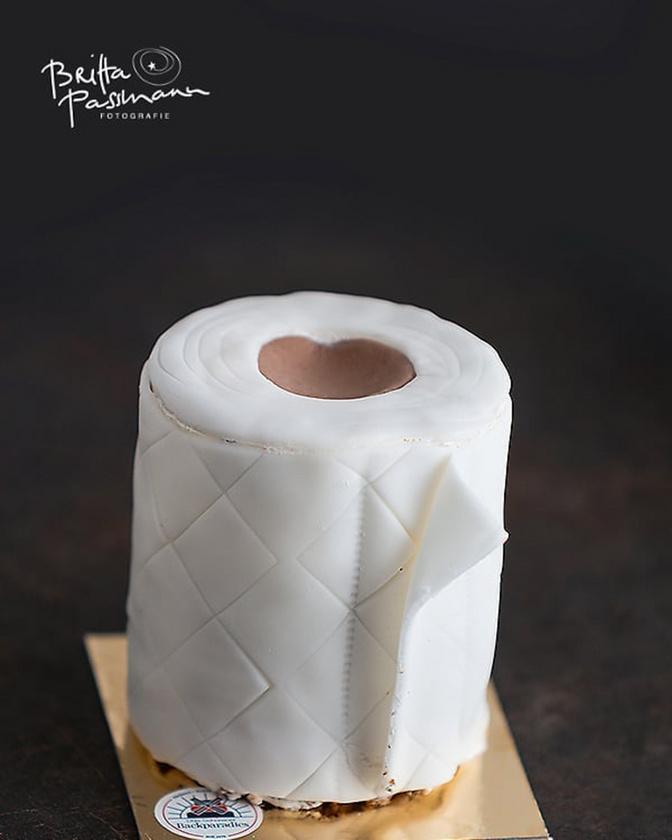 A sütemény alapja egy hétköznapi márványkuglóf recept, amelyet később fondant-nal vonnak be a cukrászok.