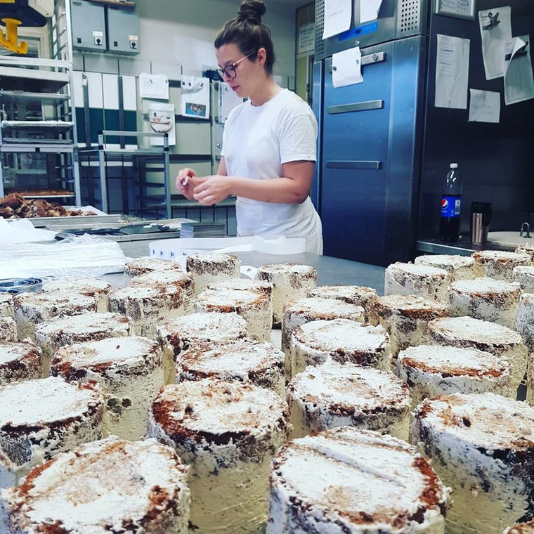 Ahol a koronavírus következtében kialakult vécépapír-láz miatt hódítani kezdtek a manapság igencsak nagy keresletnek örvendő gurigákat megformáló torták.