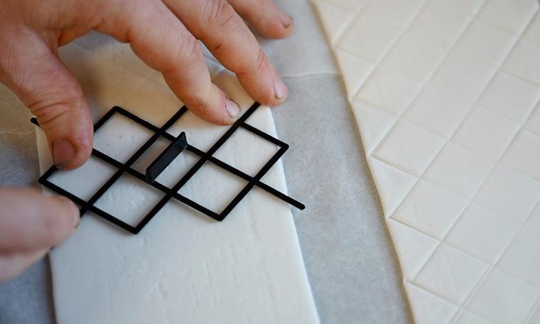 Természetesen a guriga mintázatára is nagyon ügyelnek, amelyet egy speciális forma segítségével nyomnak bele a fondant-ba.