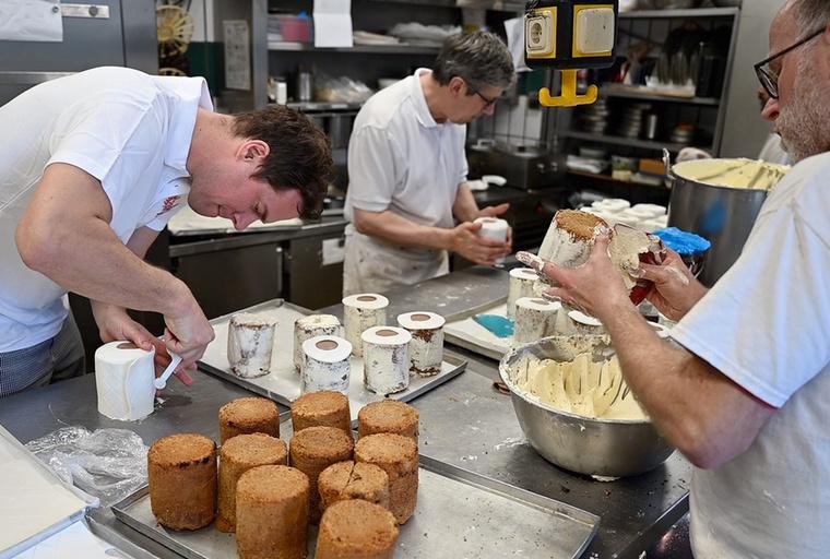 A szóban forgó cukrászda először csak viccből készített el néhány ilyen tortát, ám ahogy kitették őket a kirakatba, perceken belül elkapkodták mindet