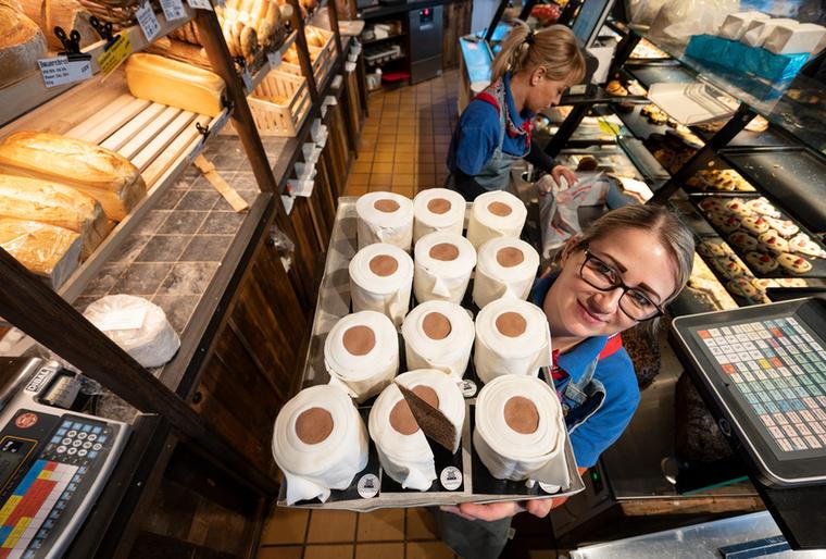 Nem, ez a fotó nem egy élelmiszerbolti árufeltöltés pillanatait mutatja be