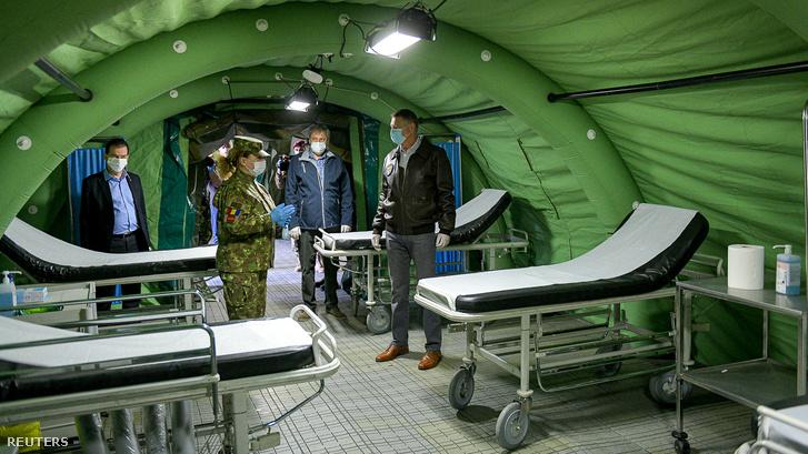 Klaus Iohannis államfő egy katonai járványkórházban tett látogatása alkalmával 2020. március 28-án.