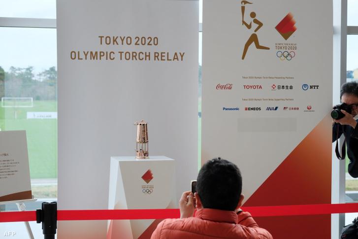 Az olimpiai láng a fukusimai labdarúgóbázison 2020. április 2-án.