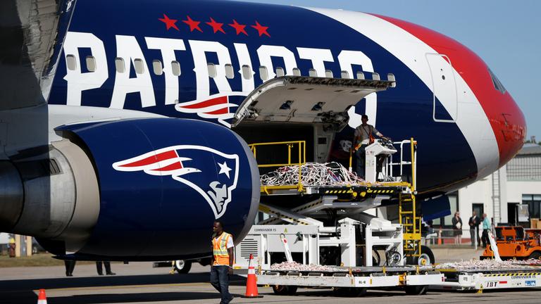 Egymillió maszkot repít Amerikába a 6-szoros Super Bowl-győztes gépe