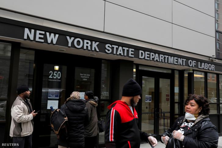 Az New York-i Munkaügyi Minisztérium bejárata 2020. március 20-án.