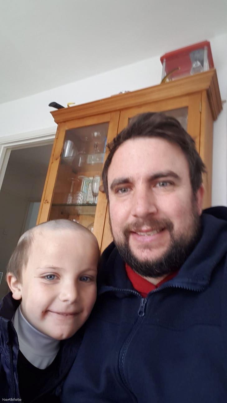 Íme egy közös fotó az apukával, aki Kevin Moore, 38 éves, és valamiért úgy döntött, hogy a gyerekei szebb jövője érdekében megosztja a fotókat a sajtóval.