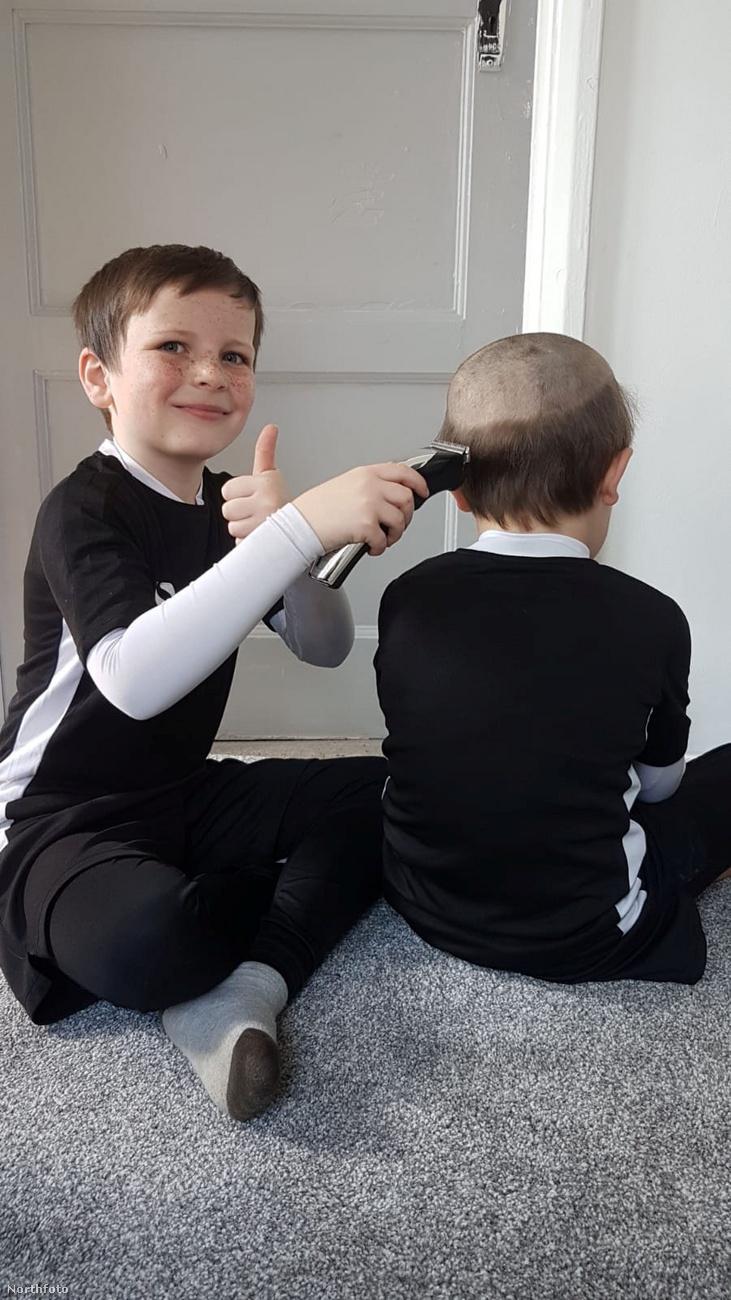 A sztori az, hogy a kisfiú meglátta, hogy apukája a töltőn hagyta a hajnyírót, és erről támadt egy ötlete