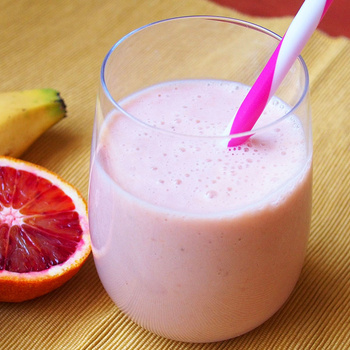 Immunerősítő és gyulladáscsökkentő: krémes vérnarancsos-banános smoothie
