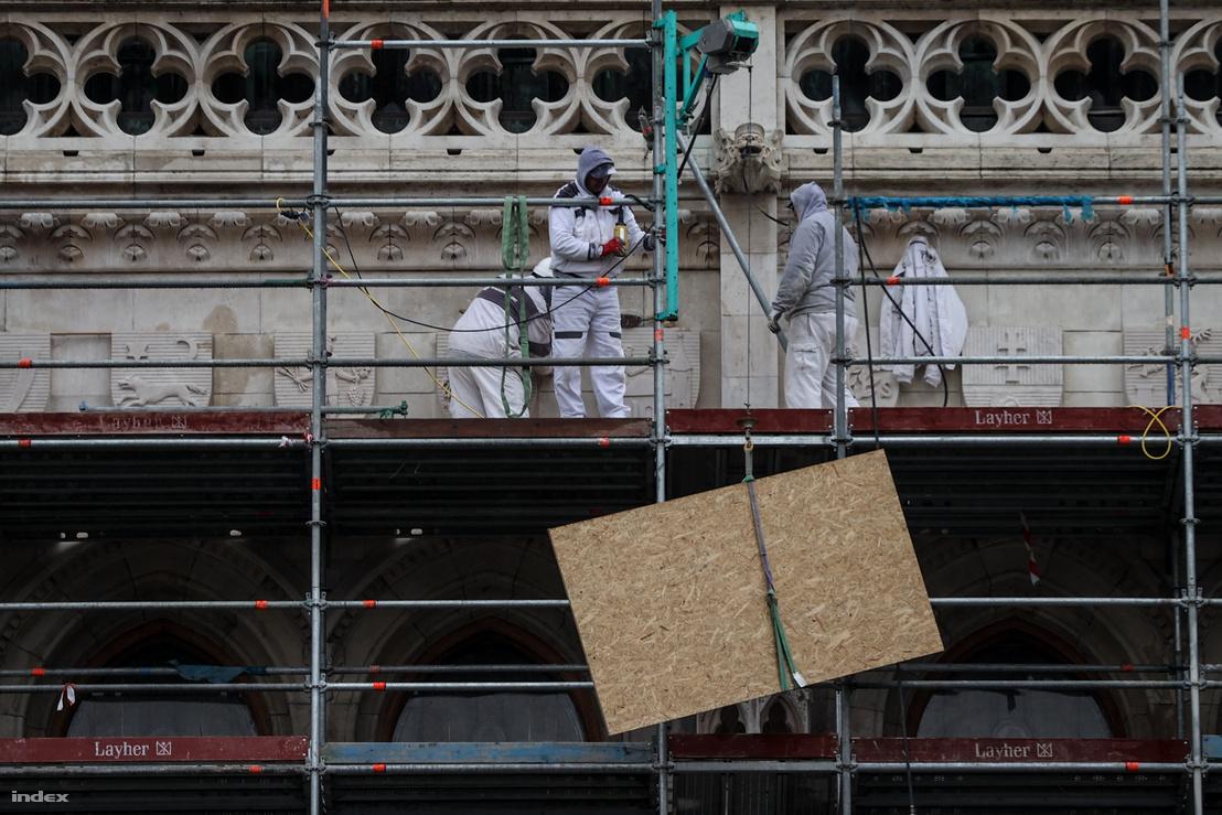 Munkások dolgoznak az Országház épületén 2020. március 3-án