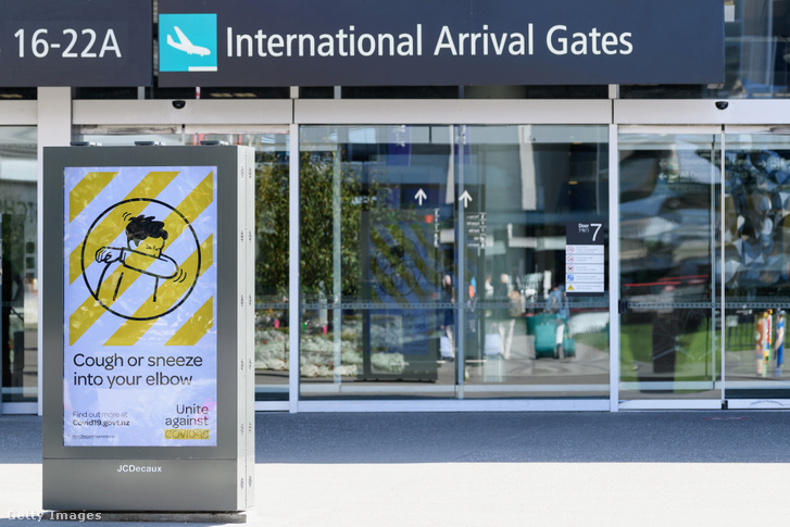Szakszerű, könyökhajlatba történő tüsszentésre szólító reptéri plakát