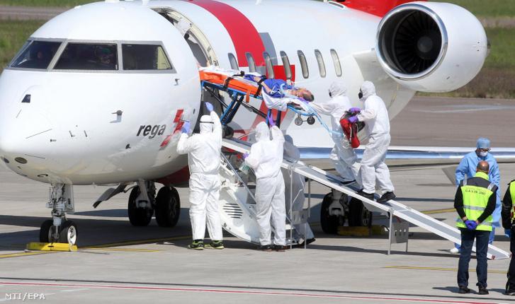 Új koronavírussal fertőzött beteget tesznek repülőgépre az észak-olaszországi Bergamo Orio al Serio repülőterén 2020. április 2-án. Bergamo a vírussal egyik leginkább sújtott város Lombardiában, a járvány olaszországi gócpontjában, ahonnan eddig harmincnégy fertőzöttet szállítottak kezelésre repülőgéppel Németországba.