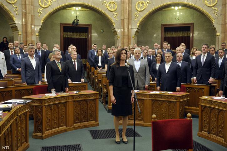 Varga Judit igazságügyi miniszter esküt tesz az Országgyűlés plenáris ülésén 2019. július 12-én