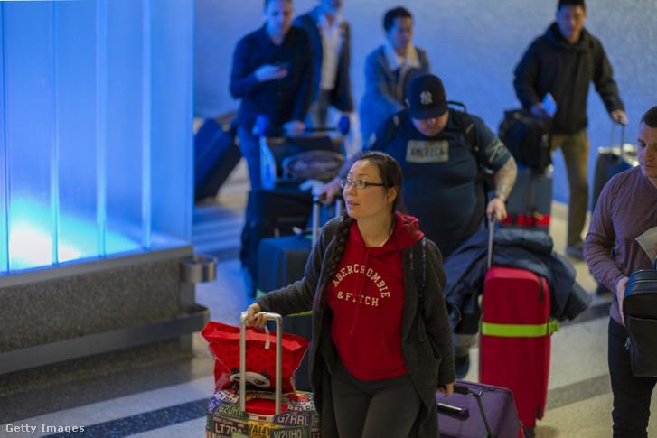Az Air China gépének utasai érkeznek Wuhanból Los Angelesbe 2020. január 18-án.