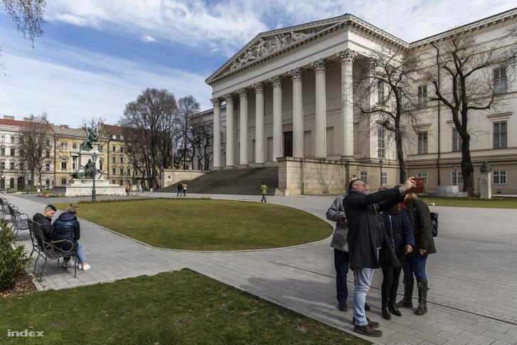 A Magyar Nemzeti Múzeum kertje 2020. március 14-én.