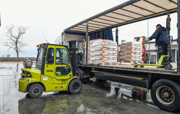 Rakodás kamionra egy agrárcég telephelyén. A logisztikai központból elsõk között a kukorica és a napraforgó vetõmagot szállítják ki a gazdaságokba.