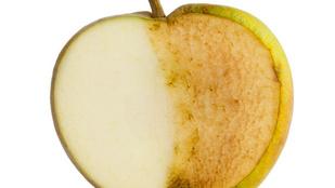 Miért barnul meg a felszeletelt alma?