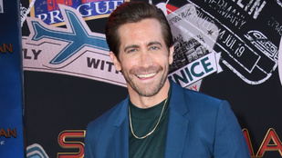 Jake Gyllenhaal fel tud venni kézenállásban egy pólót