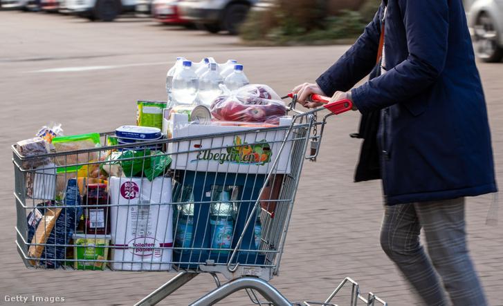 Teli bevásárlókosarat tol egy férfi egy németországi szupermarket parkolójában 2020 február 28-án.