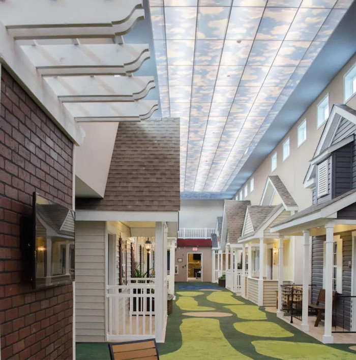A Lantern idősek otthona úgy alakította ki a közös tereket, hogy azok egy kedves kisváros környékét idézzék, ami a legjobban hasonlít a nyugdíjasok korábbi lakóhelyéhez.