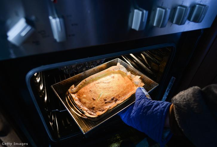 Sütemény készül egy lengyelországi lakásban a karantén ideje alatt.