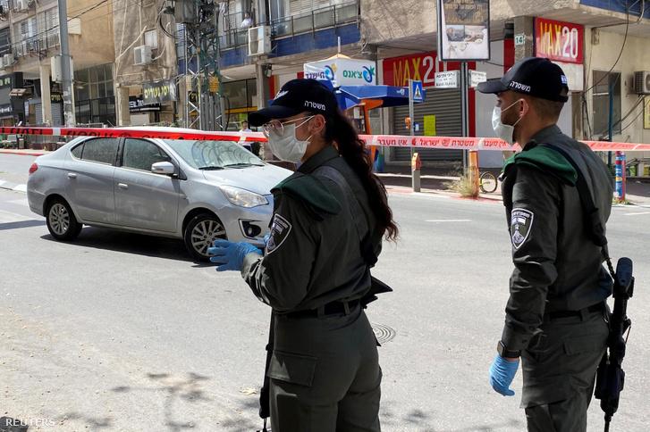 Rendőrök Bné Brak határában 2020. április 3-án