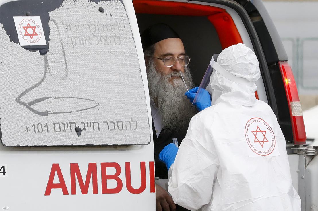 Tesztet végeznek egy Bnei Brakban élő férfin Ramat Gan városában 2020. március 31-én.