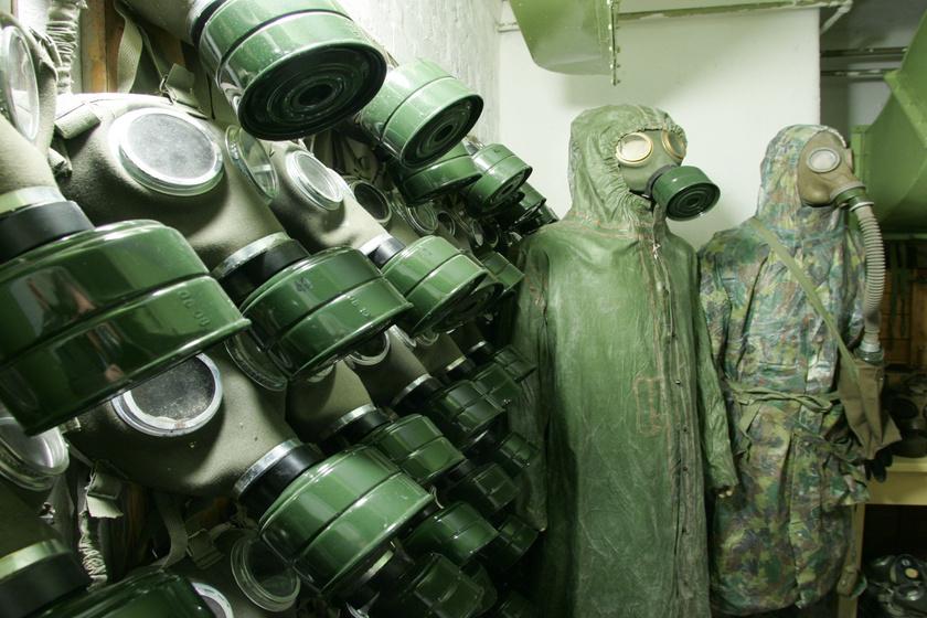 Gázálarcok és védőfelszerelések.