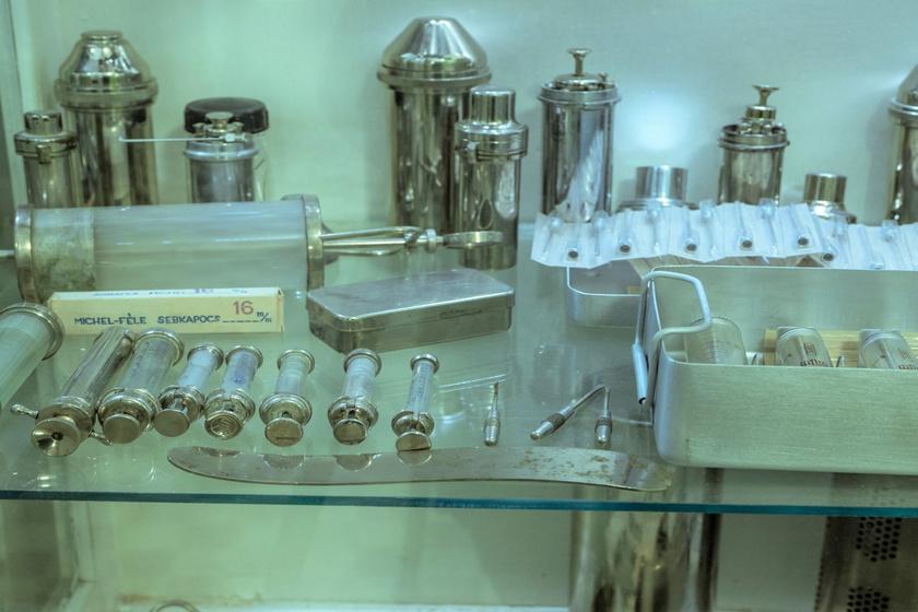 Korabeli orvosi eszközök a múzeumi tárlatban.