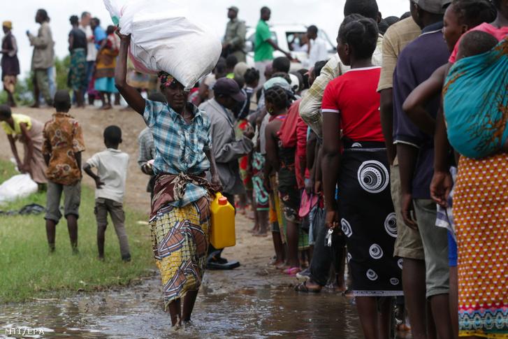 Élelmiszersegélyért állnak sorban az otthonukat elhagyni kényszerült emberek a számukra létesített átmeneti tábor területén a mozambiki Sofala tartományban